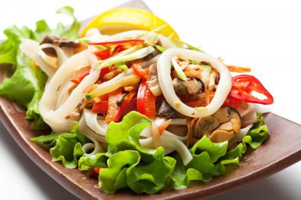 Диетический салат из креветок и кальмаров